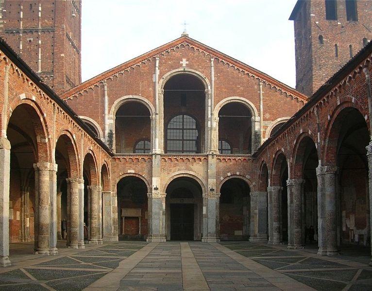 L'ingresso al complesso di S. Ambrogio a Milano