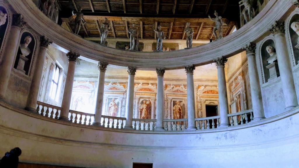 Interno del teatro di Sabbioneta, un gioiello veneto in terra lombarda (foto di Robert Ribaudo)