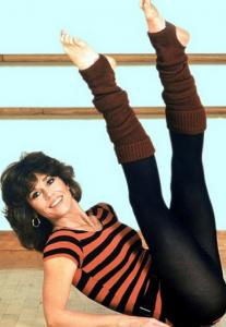 La celebre immagine di Jane Fonda con i Panta-Collant e scaldamuscoli da aerobica