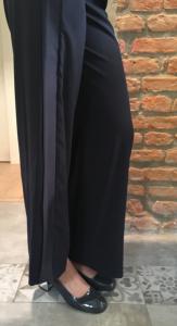 Versione glam del pantalone stile fitness, con scarpa anni '60 tacco metal