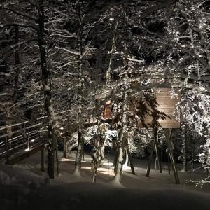 Una bella vista notturna della suite illuminata dai faretti