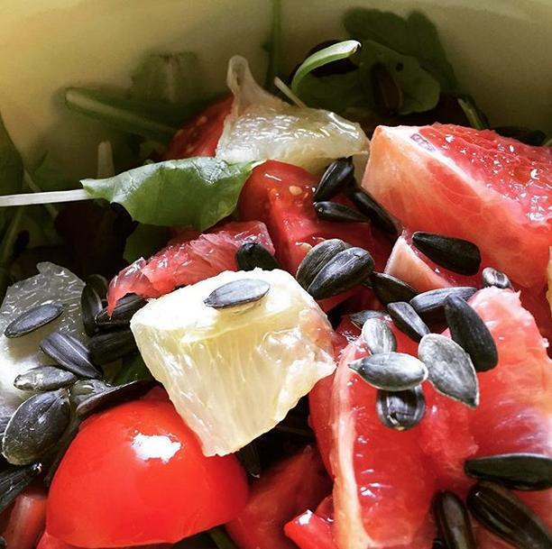 Insalata mista, pomodorini, pompelmo bianco e rosa, semi di zucca e di girasole. Un ottimo consiglio di Lisa Colladet per il caldo o dopo un allenamento!