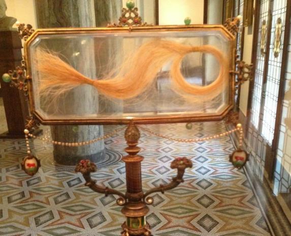 Ciocca di capelli di Lucrezia Borgia, conservati presso la Biblioteca Ambrosiana di Milano