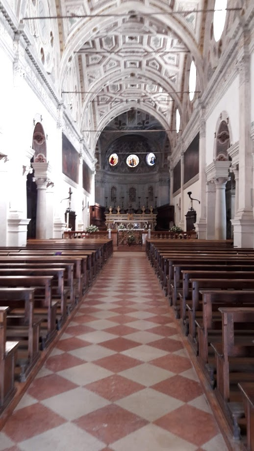 L'interno della chiesa abazziale con i rifacimenti di Giulio Romano (foto di Robert Ribaudo)