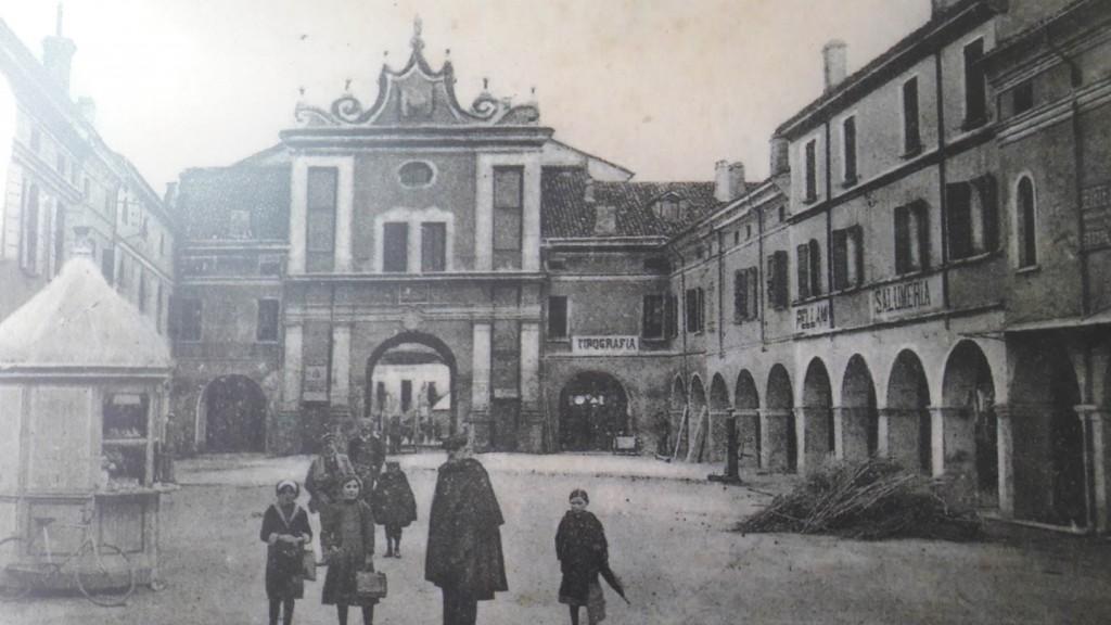 Una foto d'epoca mostra l'ingresso al Polirone dall'antica Piazza delle Erbe a S. Bendetto