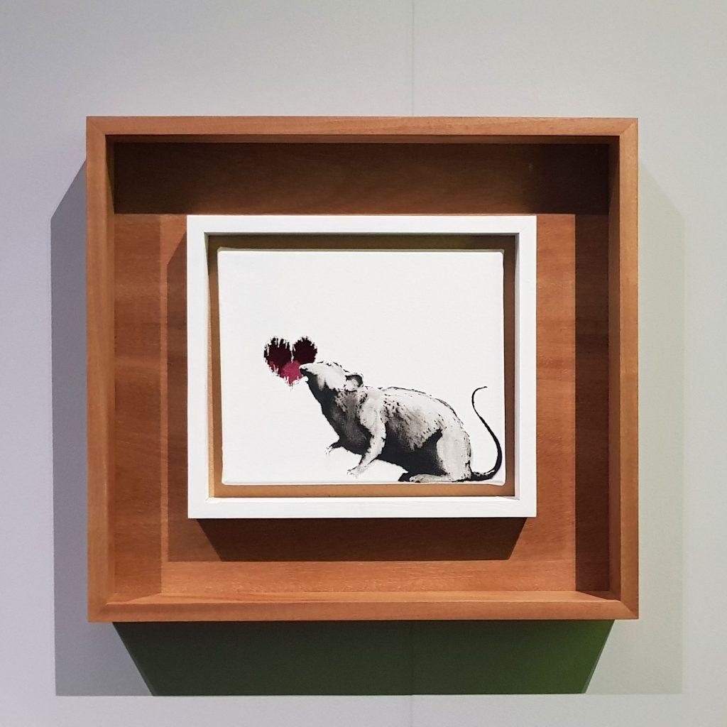 Immagine con opera di Banksy dal titolo Rath with heart del 2005, in mostra al Mudec