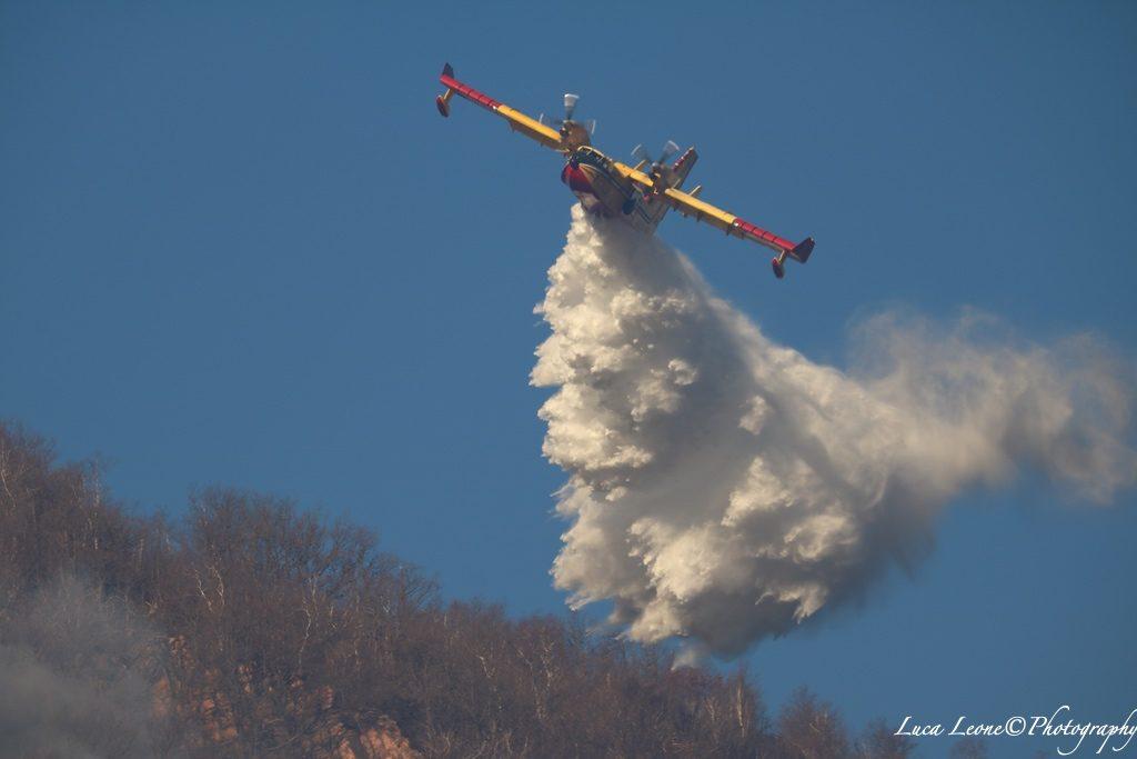 Parco Campo dei Fiori con Immagine di canadair all'opera per spegnere l'incendio