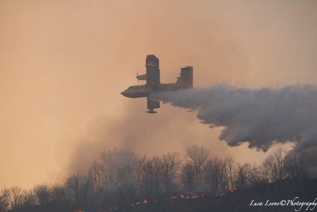 Parco Campo dei Fiori: altra immagine di canadair impegnato nella guerra contro gli incendi.