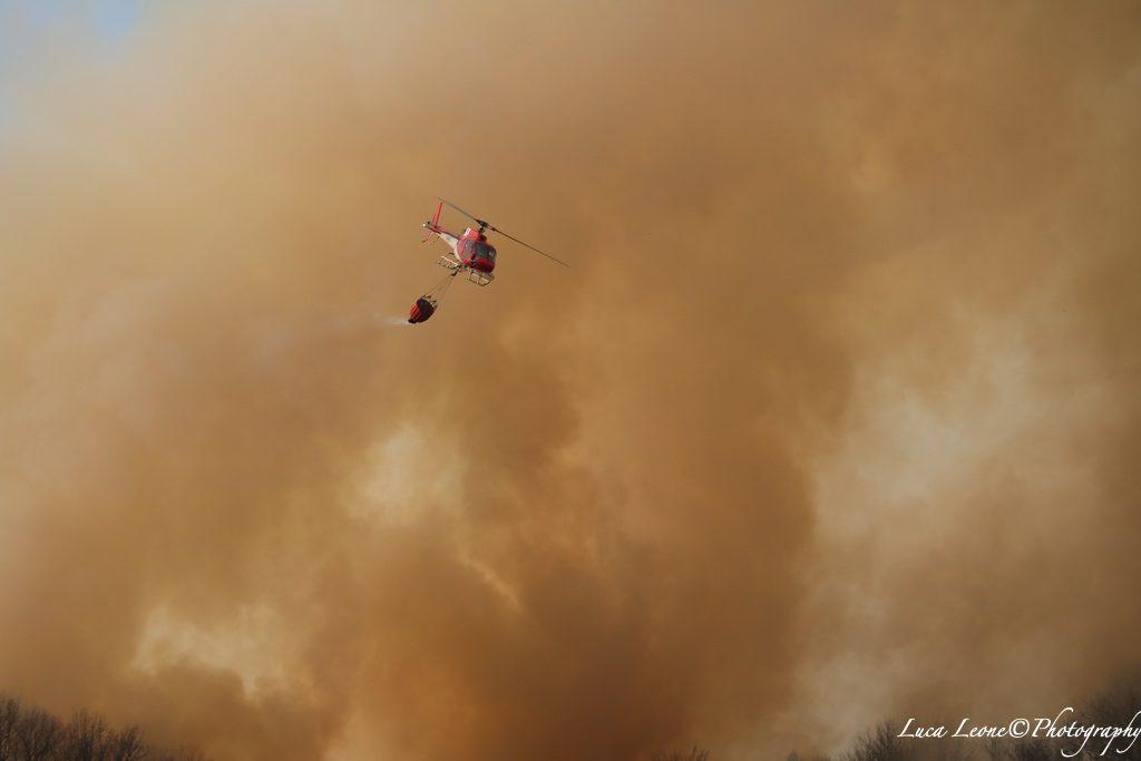 Parco del Campo dei Fiori: elicottero all'opera nella lotta contro l'incendio